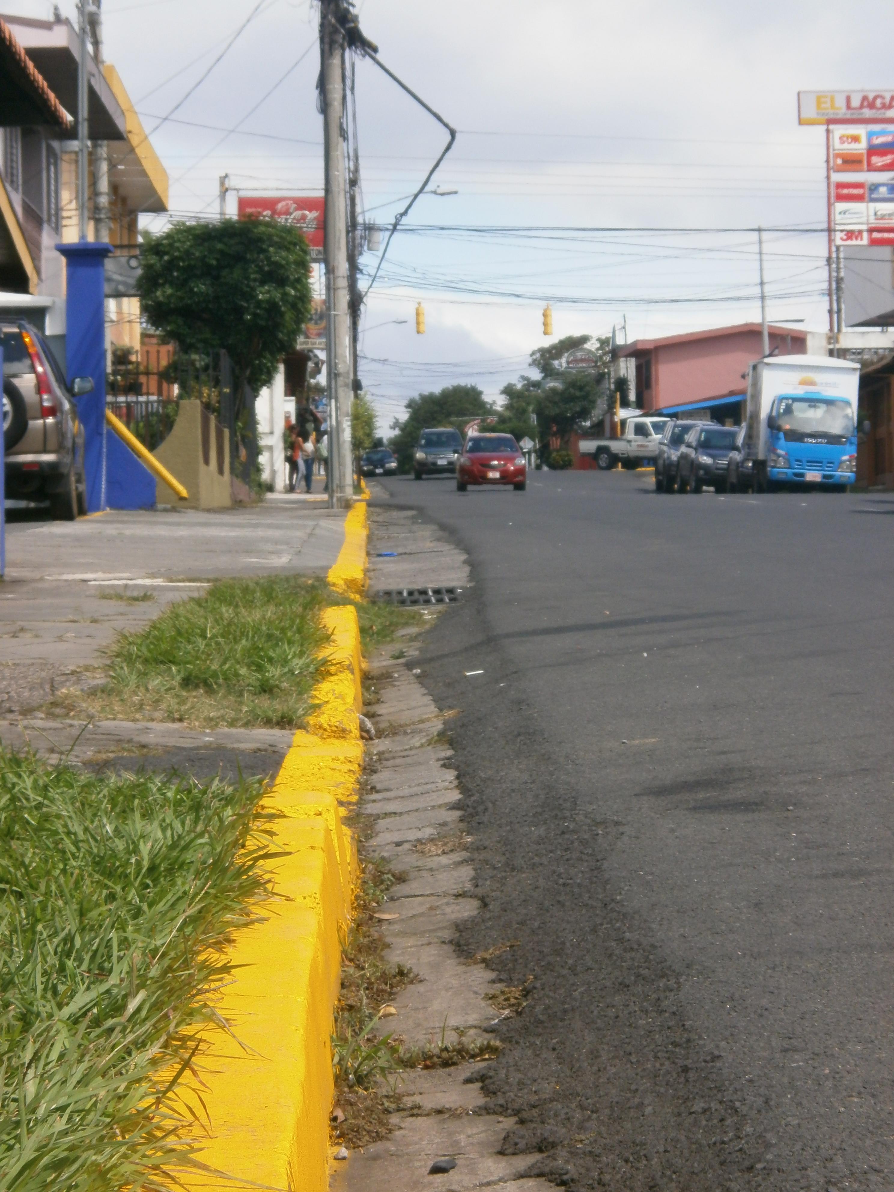 """Las aceras cercanas a Raymi fueron """"víctimas"""" de líneas amarillas"""