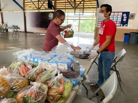 El personal del CTP sigue las medidas de seguridad durante la entrega de alimentos.