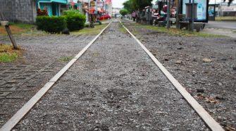 La línea férrea atraviesa el distrito de San Antonio de este a oeste.
