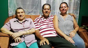 Teresa y Carlos junto a su sobrina Ana Zeneida disfrutan las tardes en la casa que les heredó su abuelo, Ramón Barroeta.