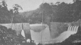 En esta fotografía publicada en El Libro Azul de Costa Rica de 1916, se puede apreciar la represa hidroeléctrica Belén apenas unos años después de construida. Se denota la manipulación del caudal del río y la amplia cobertura vegetal a su alrededor.