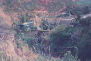 """Fotografía tomada por Fernando """"Ches"""" Venegas (q.e.p.d.) en 1993 donde se aprecia que las bases de la estructura de la represa de la hidroeléctrica continúan siendo las mismas."""