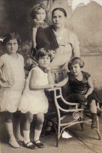 """En la foto aparecen Isolina Arias (madre) en brazos """"Tina """" la menor de las mujeres. Al extremo izquierdo """"Margara """", en el centro Carmen y sentada, Ofelia."""