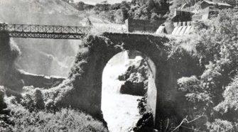 Esta foto publicada por el CNFL en 1945 muestra el reforzamiento que tuvo Puente Mulas. En esos años se cuenta que ese puente se encontraba en mal estado y cuando se pasaba por la parte reforzada se generaba un movimiento mecedor.