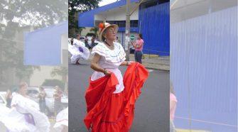 Mamá Fela en uno de los desfiles del 15 de setiembre