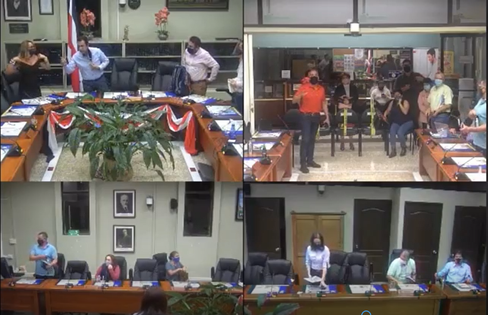Momento en que el Presidente del Concejo Municipal increpa a la regidora María Antonia Castro