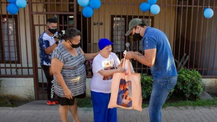 Las personas beneficiarias recibieron obsequios de parte de la organización.