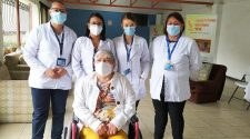 Elizabeth Castillo Cervantes, de 91 años, fue de las primeras personas adultas mayores en recibir la vacuna. En la foto junto a persona de la CCSS.