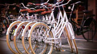 Los ciclistas deben portar casco y chaleco reflectivo.