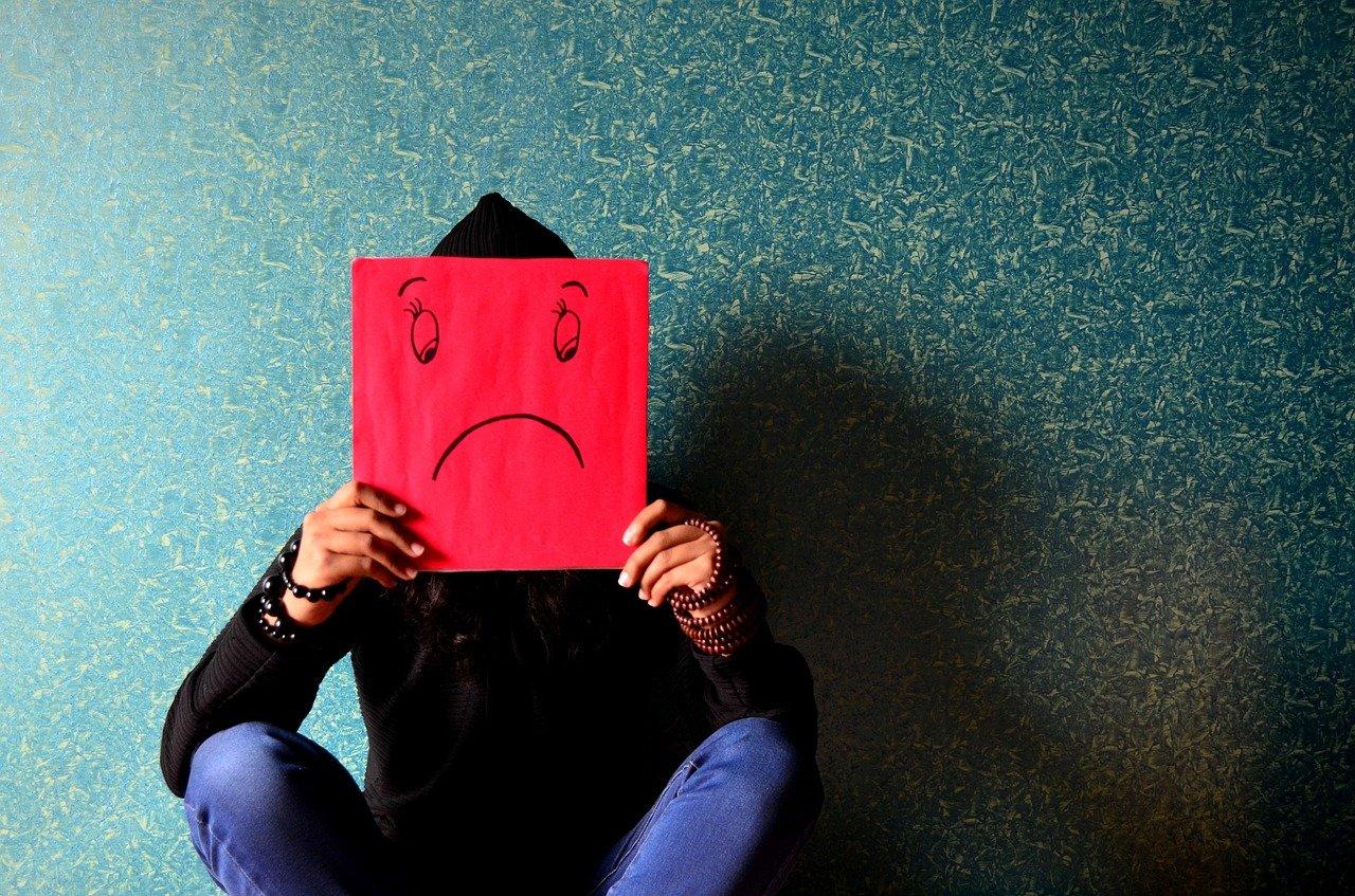Callar o gritar son algunas conductas que suelen desarrollar personas que crecieron alrededor de una adicción.