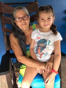 La niña Mayli con su agudo oído logró identificar el sonido del ave, mientras que su abuela fue la primera en ver al animal. En esta foto aportada por Angie aparecen las dos.