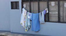 """Este es uno de los recientes """"tendederos de ropa"""" que se """"instaló"""" en la estación de buses y trenes de San Antonio."""