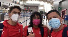 Beatriz y Arnoldo ya van rumbo a Japón para participar en los Juegos Olímpicos. Los acompaña su entrenador Pablo Camacho. Fotografía tomada de Natación Belén.
