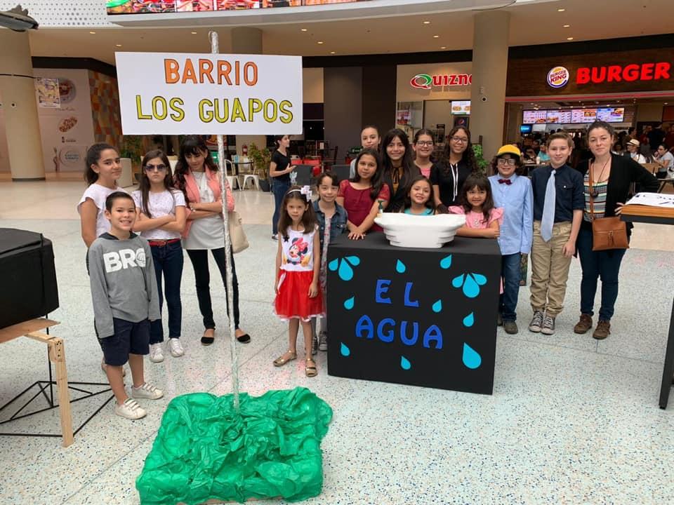 Zumbado con sus estudiantes escolares de teatro, en el año 2019, antes de la pandemia.