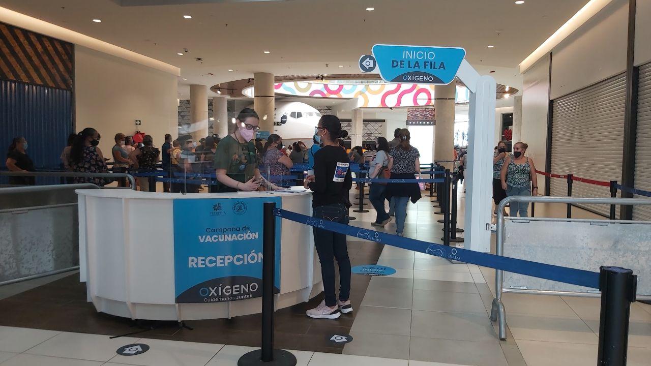 En el interior del centro comercial, habían dos filtros más, para verificar que las personas formaran parte de la población que se estaba atendiendo.