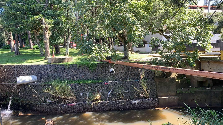 La tubería de la derecha es un desagüe de aguas residuales al río Bermúdez, en el residencial Bosques de Doña Rosa. La tubería de la izquierda es de aguas pluviales. Foto: Cortesía.