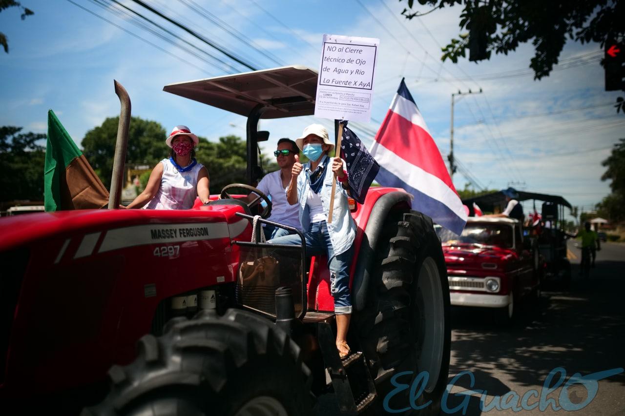 Hasta en tractores vinieron a la caravana.