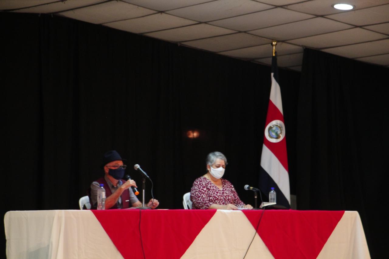 Los asistentes escucharon atentamente las palabras de Danilo Pérez Zumbado, durante la presentación.
