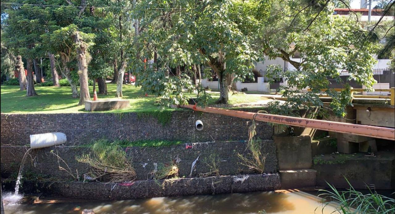 Estos son algunos de los desfogues de aguas residuales que se presentan en la zona de Cariari y Bosques de Doña Rosa.